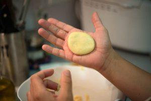 Dando forma a las rosquillas, aplastando la masa